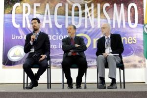 Los tres expositores del Simposio responden preguntas hechas por los asistentes