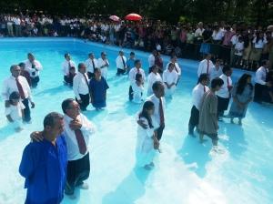 Ancianos de iglesia junto a sus candidatos antes del bautismo masivo que se llevó a cabo en la piscina de la Escuela Adventista Traininga, en el oeste de El Salvador. El pasado 28 de septiembre, unos treinta ancianos bautizaron a 139 personas. (Imagen por cortesía de la Unión de El Salvador/DIA)