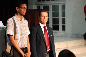 Cristrian Cardozo, representante de la UCN, junto al líder de Jóvenes, pastor Mauricio Buitrago