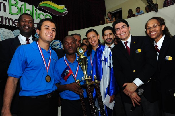 Jempsy Tisma de la Unión Haitiana, sostiene su trofeo como ganador del Boom Bíblico 2013 [Foto: Libna Stevens]