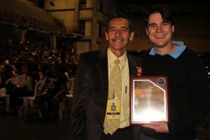 El doctor Jaime Cuartas recibió una reconocimiento por parte de la Iglesia Adventista en la inauguración del Congreso Juvenil