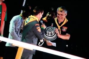 Pastor Mauricio Buitrago entrega un sombrero Vueltiao al líder de Conquistadores para Sudamérica, pastor Udolcy Zukowski