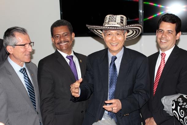 El pastor G.T. Ng, secretario general de la IASD junto a los administradores de la Unión Colombiana del Norte, el pasado lunes 14 de abril