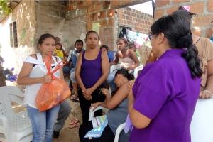 Ana Berdugo, adventista en Santa Marta, habla con algunas familias que perdieron a sus niños en el incendio de un bus el pasado 18 de mayo en el municipio de Fundación