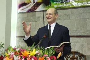 Ted N. C. Wilson, presidente de la Iglesia Adventista mundial, habla el mes pasado en un evento de evangelización en la ciudad de Ho Chi Minh. [Imagen: cortesía de la Misión de Vietnam]