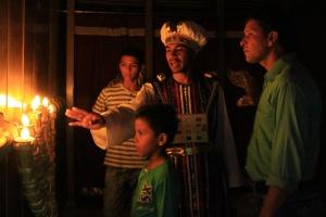 Un grupo de feligreses de la Iglesia Cristiana Cuadrangular de Girón (Santander), aprenden sobre los muebles del atrio del santuario