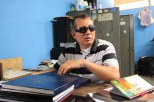Luis Francisco González muestra algunos de los trabajos que se realizan en el taller de artes gráficas donde es gerente