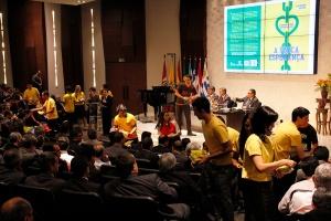 Durante la Junta Directiva de la División Sudamericana, jóvenes distribuyeron ejemplares del libro La Única Esperanza con capa preparada exclusivamente para ser entregada durante el mundial