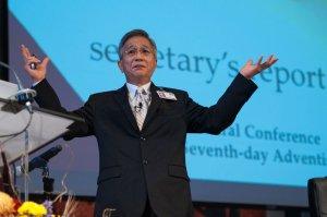 El secretario de la Iglesia Adventista, G. T. Ng presenta el informe de secretaría en el Concilio Anual, el domingo 2 de octubre [Foto: Ansel Oliver]