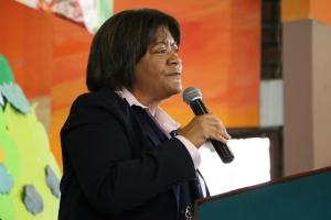 Dinorah Rivera, líder del Ministerio Infantil en la División Interamericana, se dirige a un grupo de padres de la UCN