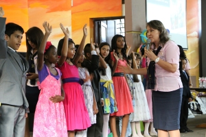 Zoraida Pérez, anima y motiva a los niños para continuar usando sus talentos al servicio de Dios