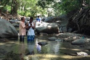 El compromiso con la misión, no solo hacia los alumnos, se evidenció con la ceremonia bautismal de uno de los profesores que participaban del encuentro