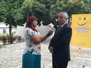 El doctor Abraham Acosta, rector de la UNAC, concede entrevista sobre Una Sonrisa para Medellín al noticiero Hora 13 Noticias, el día 12 de marzo