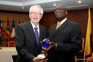 Pastor Israel Leito, presidente de la Iglesia Adventista en Interamérica entrega el reconocimiento concedido al doctor John Graz, Secretario General de IRLA