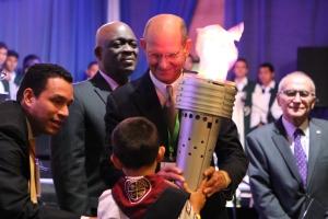 El pequeño Pablo Hernández entrega la antorcha de la Libertad Religiosa al presidente de los adventistas, pastor Ted Wilson, el sábado 21 de marzo en ceremonia de dedicación al final del Festival de Libertad Religiosa