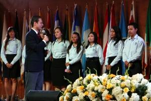 El pastor Mauricio Buitrago, líder juvenil de la UCN habla a los jóvenes el sábado 21 de marzo, en Plaza Mayor, Medellín