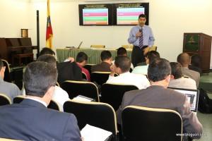 Javier Mejía, líder de mayordomía en la División Interamericana, explica la fase 3 del Plan de Crecimiento Integral, a pastores de los campos locales de la Iglesia Adventista en Medellín, el pasado 21 de abril