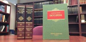 La Enciclopedia Adventista en dos volúmenes de 1996, y la primera edición en un tomo, publicada en 1966. Imagen de Andrew McChesney/DIA
