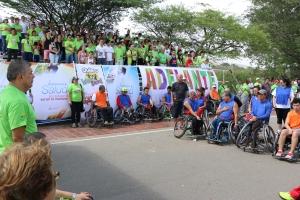 En una jornada de servicio social proyectada a personas discapacitadas, la  Iglesia Adventista entregó decenas de canastas básicas