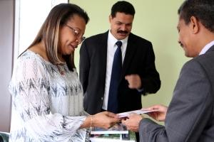 Aury Guerrero Bowie, gobernadora de San Andrés, Providencia y Santa Catalina, recibe los materiales que la Iglesia Adventista está compartiendo durante 2015 a través del Impacto Salud y Esperanza