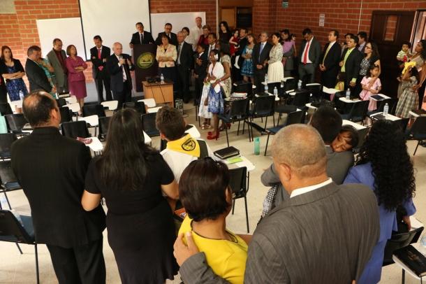 Un grupo de familias ministeriales de la Unión Colombiana del Norte participan en un momento de consagración el pasado 6 de junio, en el final de na Semana de Oración Pastoral