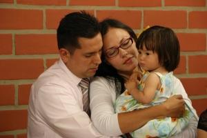 Un pastor y su familia participan en uno de los momentos de oración en la clausura de la Semana de Oración Ministerial de la Unión Colombiana del Norte el pasado 6 de junio