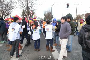 Grupo de jóvenes entregando libros en las afueras del estadio Germán Becker.