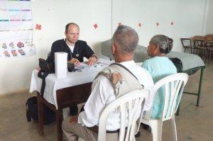 Una pareja de esposos, vecinos de Zaragoza, reciben atención en salud a través de un médico voluntario