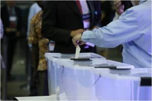 Los delegados depositaron su voto en cajas transparentes [Foto: Leonidas Guedes]