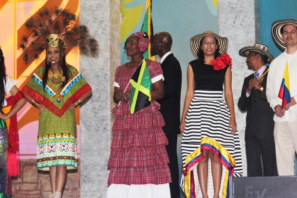 El llamativo colorido de los trajes típicos de los países del territorio interamericano, y la música  animada de la Banda de Acero capturaron la atención del público. [Foto: Ezequiel Rueda]