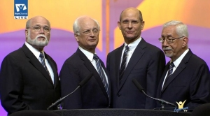 En los momentos previos al devocional, una música especial con el presidente de la GC y otros líderes al más puro estilo cuarteto