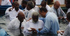 Un grupo de pastores bautiza a 2213 personas en la nación insular de Vanuatu, en el Pacífico Sur, durante una campaña de evangelización en septiembre de 2014. Imagen de la Misión de Vanuatu/AR