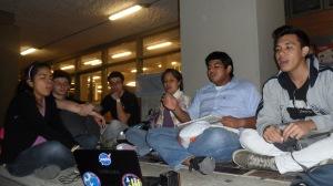 En las primeras reuniones los jóvenes, sentados en el suelo frente al Museo de la UdeA, cantaban, oraban y compartían algunas experiencias