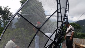 Instalación de nueva antena para la conexión satelital de la radio repetidora en Huehuetenango, en el oeste de Guatemala. [Imagen por Irvin Calderón]