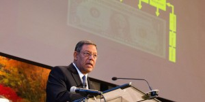Juan R. Prestol-Puesán, tesorero de la Asociación General, presenta el informe de tesorería en el Concilio Anual, este 12 de octubre. Imagen de Brent Hardinge/ANN
