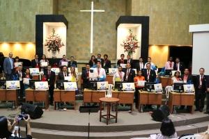 Los 15 finalistas junto a los líderes juveniles de sus campos locales muestran el certificado otorgado por la Iglesia Adventista al ser participantes del Boom Bíblico 2015