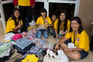 Los delegados muestran prendas de vestir que trajeron consigo para compartirlas con la delegación de estudiantes universitarios en Cuba.
