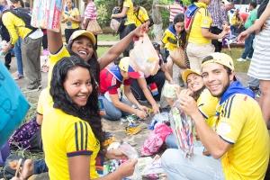 Delegados de Colombia ordenan artículos de tocador, tales como pasta dental, cepillos dentales, rastrillos de afeitar, jabones y otros artículos, para donarlos a estudiantes universitarios adventistas en Cuba.