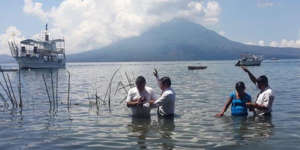 Bautismo en masa de mil personas en Guatemala, Lago de Atitlán, en Marzo de 2015 [Foto: Gustavo Menendez / IAD]