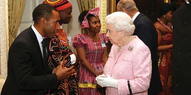 Bal Kama saluda a la Reina Isabel II en una ceremonia especial de reconocimiento en Londres. [Imagen de Sonja Larsen, vía Adventist Record]
