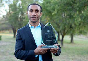 Bal Kama, estudiante doctoral en Australia, muestra el premio que recibió. [Imagen de Sonja Larsen, vía Adventist Record]