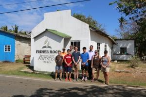 Grupo de estudiantes misioneros que realizaron labores de pintura en la Iglesia Adventista Fisher Rock, en San Andrés [Foto: Shirley Rueda]