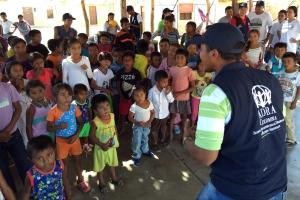El pastor Daniel Borja, canta con unos 100 niños wayús en Kamushiwo, el 5 de junio