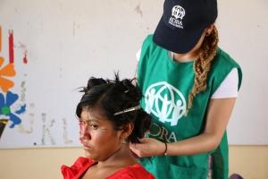 Tatiana, corta el cabello de Ángela, una wayuu de la comunidad Jururá el sábado 4 de junio