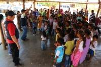 El pastor Daniel Borja, canta con unos 150 niños wayús en Kamushiwo, el 5 de junio