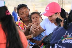 Jenny Bonilla, entrega algunas galleticas a niños que participaron en las ctividades lúdicas dirigidas pro voluntarios de ADRA en Puerto Nuevo, La Guajira