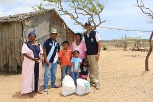 Josefina Palmar Pushaina y su familia recibieron al director nacional de ADRA, Gabriel Villarreal (der), en su ranchería en la comunidad de Puerto Nuevo