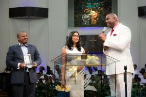 Al lado de su esposa y del pastor de la iglesia del campus, Johnson elogió el compromiso de la institución y compartió un poco de su experiencia con Cristo.