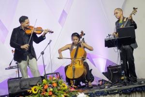 El violinista Néstor Daniel Aponte, y su familia interprentan sus instrumentos en el Festival de Música Cristiana el día 6 de junio