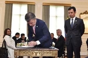 Momento en que el presidente Juan Manuel Santos firma el decreto que establece todo 4 de julio como Día Nacional de la Libertad Religiosa y de Cultos [Foto Cortesía Eventos Presidencia]